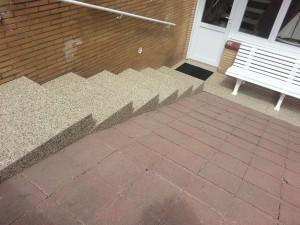 Trap buiten afgewerkt met steentapijt Epoxy-Design