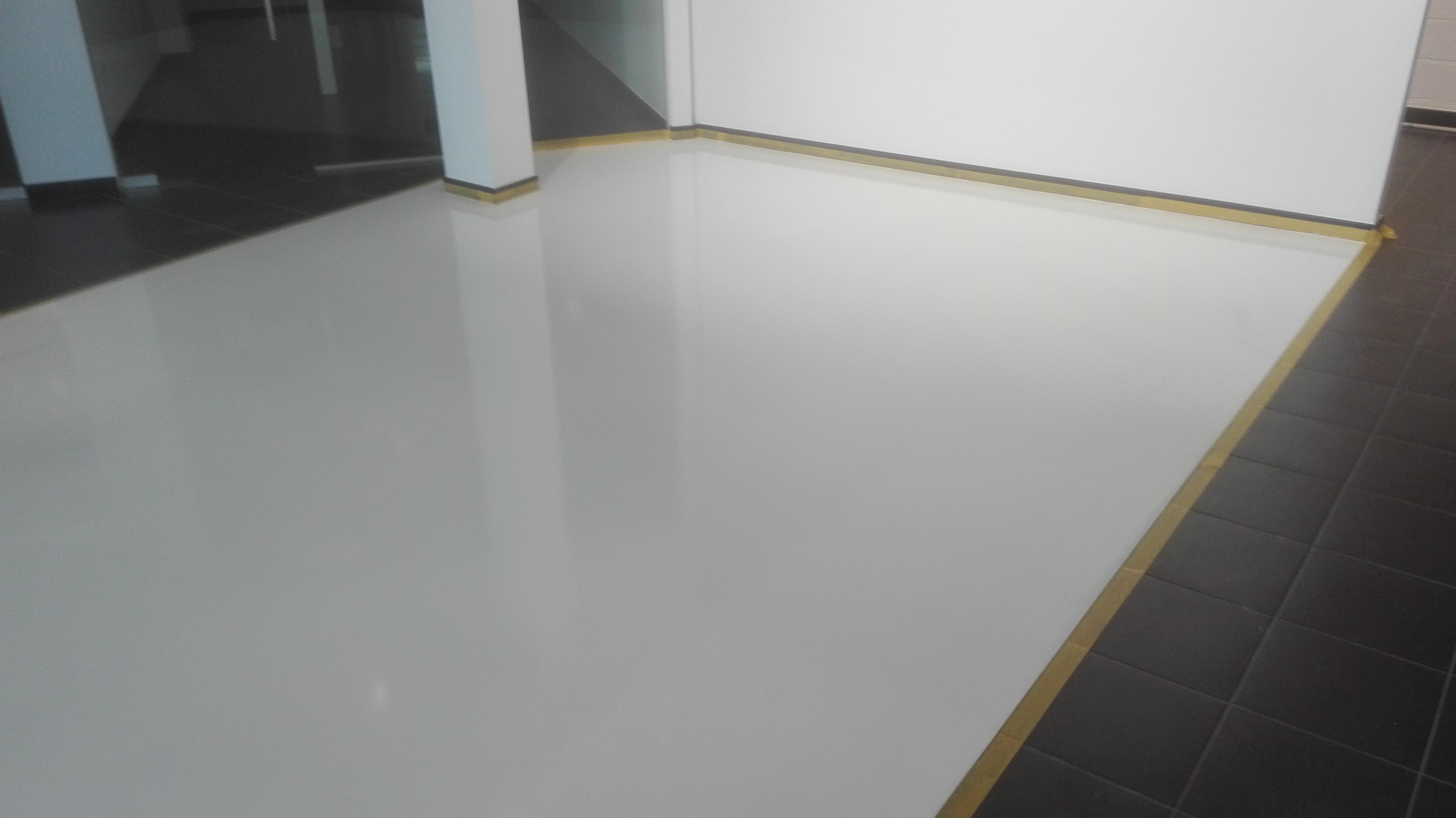 Bioracer Tessenderlo witte Epoxy-Design gietvloer in showroom