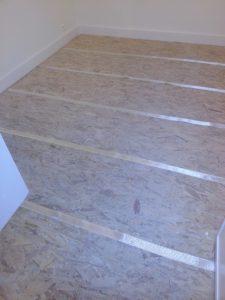 Steentapijt over gebarsten vloer
